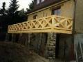 Balkon aus Brettschichtholz mit Streben-Fachwerkgeländer