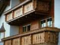 Holzbalkon mit Geländer in bayerischer Optik